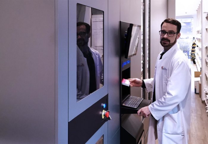 Apotheke Straussen_pharmacist & robot