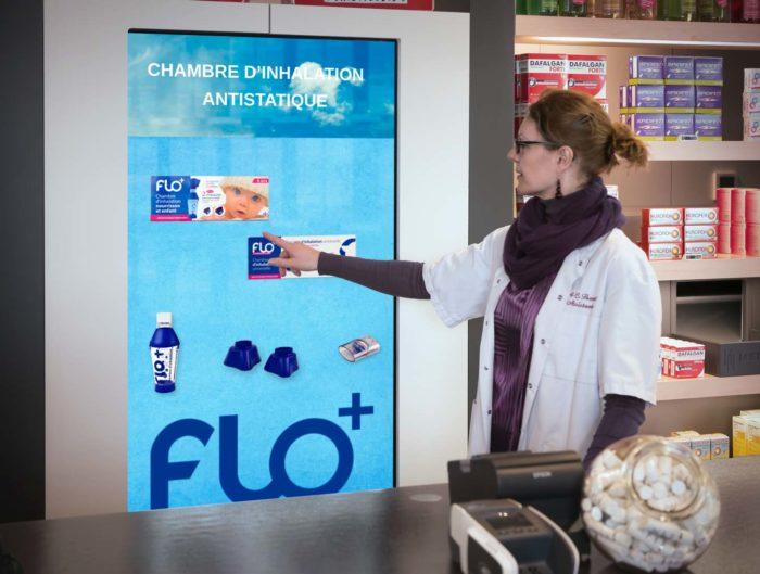 Apotheker raakt digitaal scherm aan voor patiëntenadvies