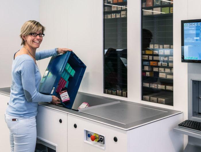 apotheek gooit medicijnen in automatische inlaadmodule van robot